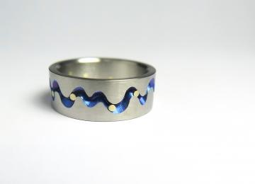 titanium_ring_met_gouden_stippen.jpg
