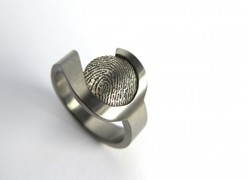 titanium_ring_met_vingerprint.jpg